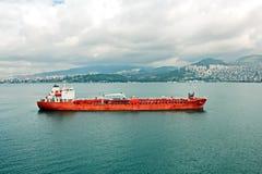 Verschillende types van droge lading, passagiers en containerschepen in motie en vastgelegd bij de haven van Izmir, Turkije stock foto's