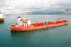 Verschillende types van droge lading, passagiers en containerschepen in motie en vastgelegd bij de haven van Izmir, Turkije royalty-vrije stock afbeeldingen