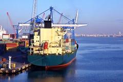 Verschillende types van droge lading, passagiers en containerschepen in motie en vastgelegd bij de haven van Izmir, Turkije royalty-vrije stock afbeelding
