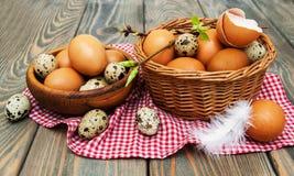 Verschillende types van eieren in een mand Royalty-vrije Stock Foto