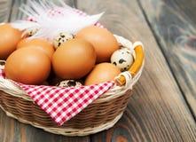 Verschillende types van eieren in een mand Stock Foto's