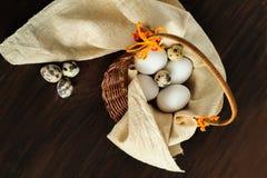 Verschillende types van eieren in een mand Stock Afbeeldingen