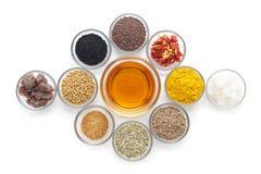 Verschillende types van Indische kruiden in glaskommen Stock Fotografie