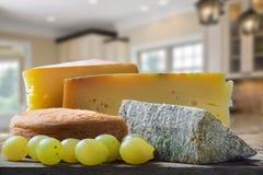 Verschillende types van kaas en druiven Stock Fotografie
