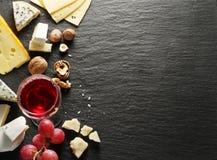 Verschillende types van kazen met wijnglas en vruchten Royalty-vrije Stock Afbeeldingen