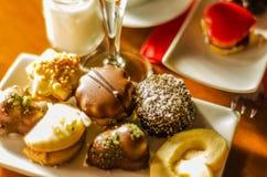 Verschillende types van met de hand gemaakte koekjes met verschillende bovenste laagjes, swe Stock Fotografie