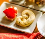 Verschillende types van met de hand gemaakte koekjes met verschillende bovenste laagjes, swe Stock Afbeeldingen