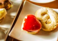 Verschillende types van met de hand gemaakte koekjes met verschillende bovenste laagjes, swe Royalty-vrije Stock Afbeeldingen