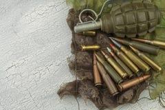 Verschillende types van munitie op een camouflageachtergrond Het voorbereidingen treffen voor oorlog Royalty-vrije Stock Fotografie