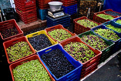 Verschillende Types van Olijven bij een Markt van de Straat Stock Foto's