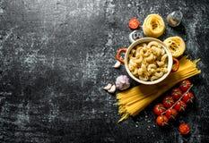 Verschillende types van ruw deeg met kruiden, tomaten en knoflook stock afbeeldingen