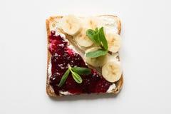 Verschillende types van sandwiches voor het ontbijt van gezonde en suikervrije kinderen, met bessenjam, bananen stock fotografie