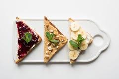 Verschillende types van sandwiches voor het ontbijt van gezonde en suikervrije kinderen, nootdeeg, bananen, bessenjam royalty-vrije stock fotografie