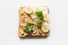 Verschillende types van sandwiches voor het ontbijt van gezonde en suikervrije kinderen, nootdeeg, bananen stock foto