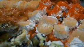 Verschillende types van smakelijke Sushi in plastic containers stock videobeelden