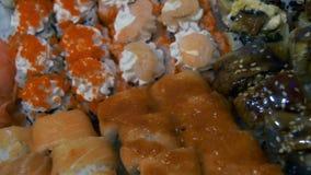 Verschillende types van smakelijke Sushi in plastic containers stock video