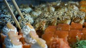 Verschillende types van smakelijke Sushi in plastic containers stock footage