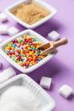 Verschillende types van suiker met gekleurd suikergoed op witte ceramische boog Royalty-vrije Stock Foto