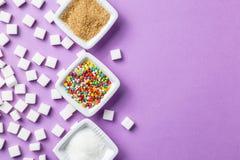 Verschillende types van suiker op magenta achtergrond Royalty-vrije Stock Foto