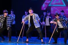Verschillende uitdrukking-humoristische oude mens-Chinese moderne dans Stock Afbeelding