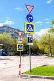 Verschillende verkeersteken op de kruispunten op stadsstraat Royalty-vrije Stock Foto's
