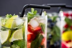 Verschillende verse limonades in glazen met ijsblokjes Stock Afbeeldingen