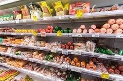Verschillende vlees en worst klaar voor verkoop in de supermarkt Pya Stock Foto