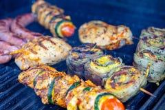 Verschillende vlees en worst op barbecue stock foto's