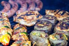 Verschillende vlees en worst op barbecue stock foto