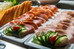 Verschillende vleesvoorgerechten in buffet Royalty-vrije Stock Afbeeldingen