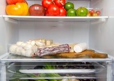 Verschillende voedingsmiddelen binnen een ijskast royalty-vrije stock afbeeldingen