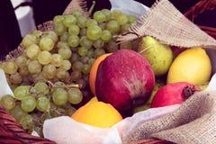 Verschillende vruchten in een mand royalty-vrije stock afbeeldingen