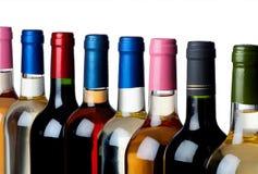 Verschillende wijnflessen op een rij Stock Foto's