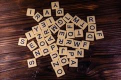 Verschillende willekeurige brieven op houten lijst stock fotografie