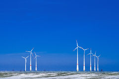 Verschillende windmolens in de winterlandschap Royalty-vrije Stock Foto