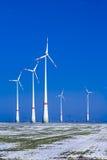 Verschillende windmolens in de winterlandschap Stock Afbeeldingen