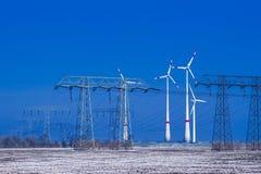 Verschillende windmolens met transmissielijn in de winterlandschap Royalty-vrije Stock Fotografie