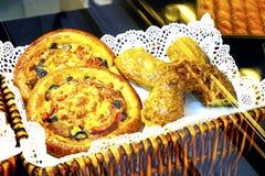 Verschillende zoete broodjes in een stromand stock foto's