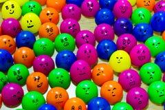 Verschillengezichten op plastic eieren die samen leven Stock Foto's