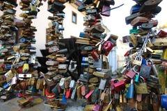 Verschlüsse als das Symbol der Liebe auf dem Gitter der Wassermühle in Prag Stockfotos
