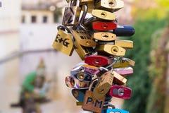 Verschlüsse auf einer Brücke für Liebe Lizenzfreie Stockfotos