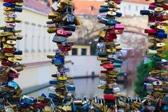 Verschlüsse auf einer Brücke für Liebe Lizenzfreies Stockbild