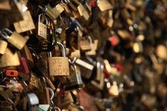 Verschlüsse auf einer Brücke in Paris Lizenzfreies Stockbild