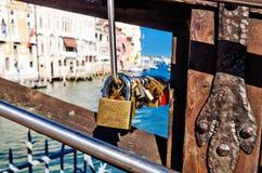 Verschlüsse auf einer Brücke in Venedig Lizenzfreies Stockbild