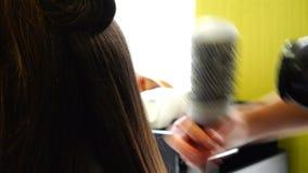 Verschlüsse des Haares verdrehen sich ringsum Massagemassage und trocknen stock footage