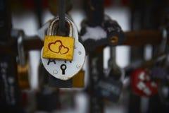 Verschlüsse in Form von Herzen helle bunte metallische Liebessymbole stockbild