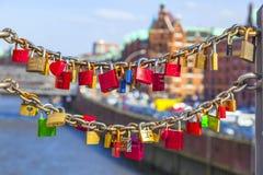 Verschlüsse von Liebesabdeckung Hamburgs Speicherstadt-Brücke Stockbild