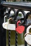 Verschlüsse von Liebhabern auf der Brücke Symbol der Liebe stockbild