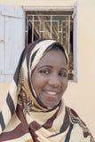 Verschleierte Frau, die vor ihrem Haus steht Lizenzfreies Stockbild