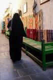 Verschleierte Frau in Souk Wakif in Doha Qatar Lizenzfreie Stockfotos
